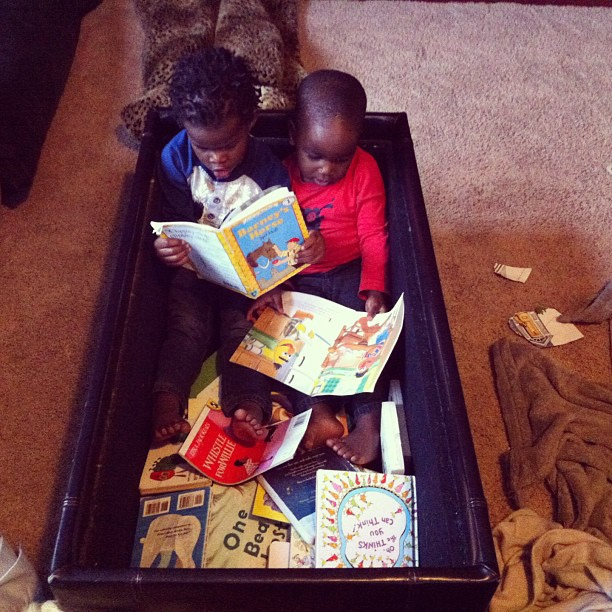 sibblings-reading-book